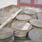 Dispare raiul hoţilor: capacele de canalizare din fontă vor fi înlocuite cu plastic