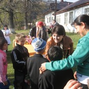 Proiect curajos pentru romii din Văleni. Vor reuşi autorităţile să-i aducă la şcoală?