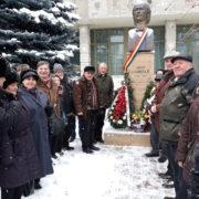 """Piatra Neamţ: Omagiu la statuia """"celui mai mare poet pe care l-a dăruit şi-l va dărui, poate, vreodată, pământul românesc"""""""