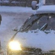 Neamţ: Noapte cu maşini blocate în zăpadă şi sute de oameni fără curent electric