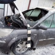 Un Renault a luat foc în Piaţa Dărmăneşti