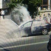 Un pompier aflat în timpul liber, a stins incendiul la o maşină din Roman