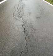 În Neamţ, astea lipseau; pământ care s-o ia la vale şi drum naţional crăpat!