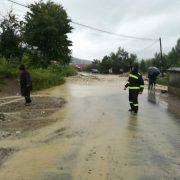 Ploile au devastat din nou Neamţul: un om mort, case inundate, stâlpi prăbuşiţi, drumuri blocate