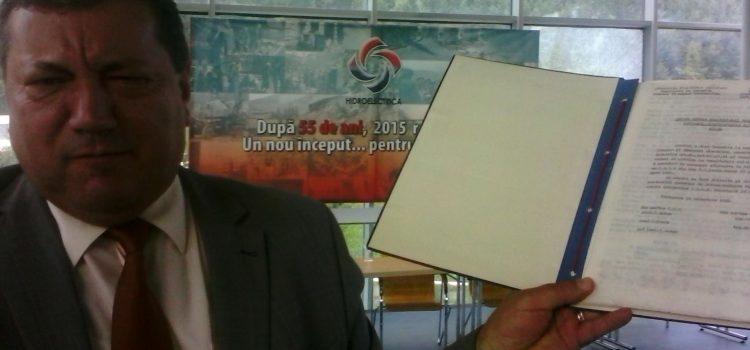 Neamţ: Un document de peste jumătate de veac a fost donat de ministrul Energiei directorului Hidroelectrica Neamţ
