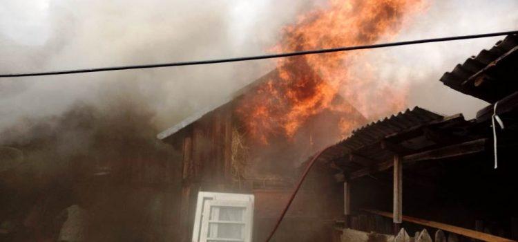 Incendiul de la Zăneşti a făcut prăpăd: o gravidă a ajuns la spital, trei case afectate