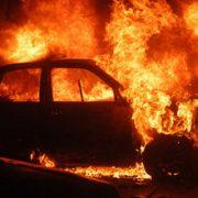 Foc intenţionat la două autoturisme din Cordun. Două tone de fân s-au topit.