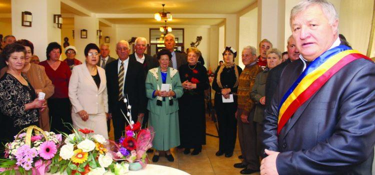 Primarul Ion Rotaru premiază veteranii de război şi mirii de aur