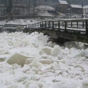 Pod de gheaţă de 800 de metri pe Bistriţa! Suprafaţa apei, acoperită 60%