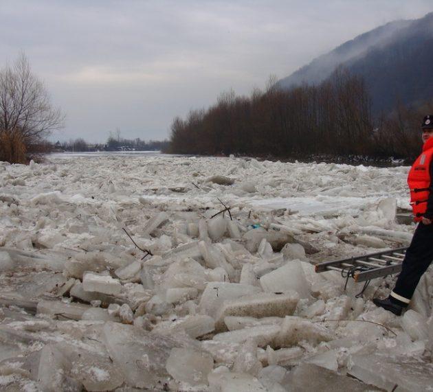 Neamţ: doi metri – grosimea gheţii pe Bistriţa