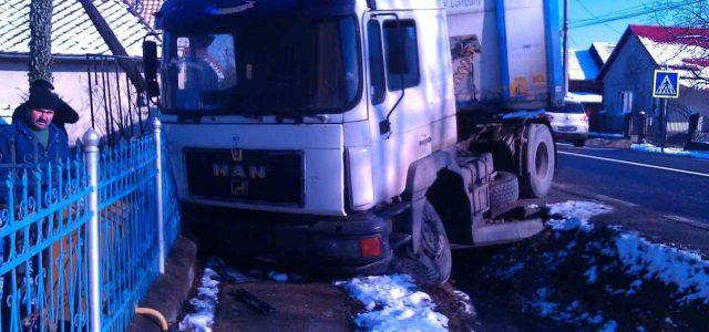 In tir a intrat într-un gard la Pipirig. Singura victimă a fost dusă la spital