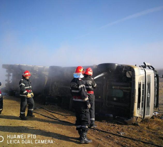 Poienari: autocamion răsturnat în şanţ. Şoferul, asistat medical