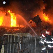 Update/O persoană a murit într-un incendiu la Roznov. Focul a  cuprins casa şi un adăpost de animale