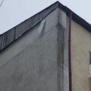 Vântoasa din Piatra Neamţ şi dansul unei coli de tablă care atârna pe acoperiş