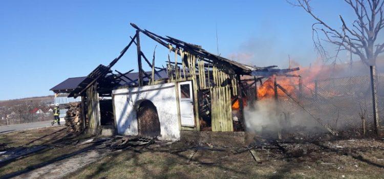 Două persoane, moarte într-un incendiu în Piatra Neamţ. Focul a fost pus intenţionat, Poliţia a preluat cazul