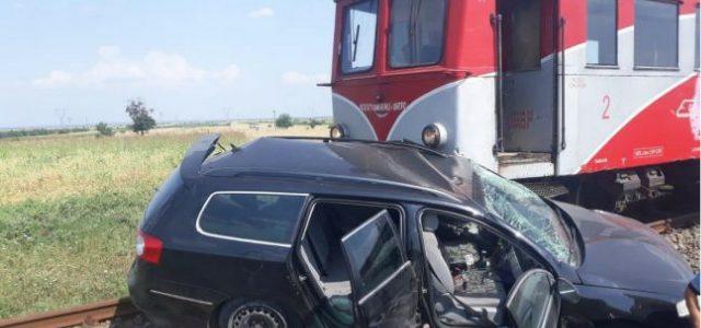 Cordun: trenul inter-regio a lovit un autoturism