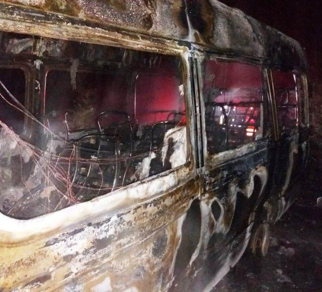 Microbuz în flăcări la Poiana Teiului