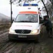 Neamţ: o ambulanţă a rămas blocată în nămol. Trafic deviat o noapte în urma unui accident rutier