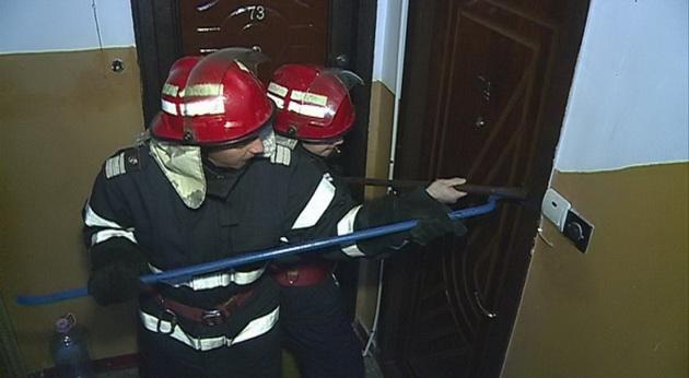 Neamţ: Uşi deblocate de pompieri, femeie salvată, bărbat găsit mort