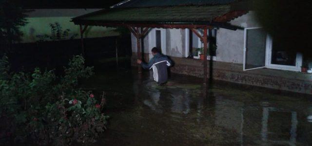 Cod Roşu Neamţ, ora 1,00: 15 persoane (3 copii) au fost evacuate din Văleni. Primarul, pe teren cu Publiserv
