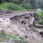Neamţ: S-a rupt o bucată din Drumul Naţional 15! Circulaţie pe un singur sens în zona Poiana Largului!