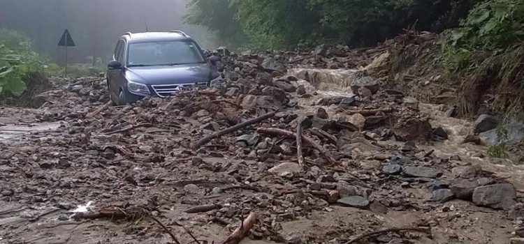 Cod Roşu Neamţ: Două persoane salvate de viitură; 150 de apeluri la 112, poduri, străzi şi terenuri afectate