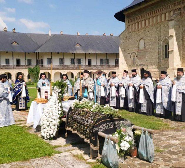 Mănăstirea Neamţ: Zeci de preoţi l-au condus pe ultimul drum pe părintele Terasie