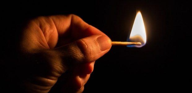 A ameninţat că dă foc la casă şi a fost luată de salvare
