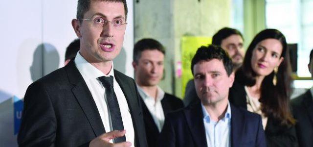 Neamţ: Deputatul Dan Barna, la strâns de semnături în faţa Teatrului Tineretului