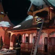 Pompierii au stabilit cauza incendiului de stăreţia Petru Vodă. Cărţile, plantele medicinale şi obiecte de cult s-au topit sub flăcări