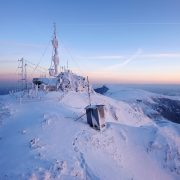 Ninge şi viscoleşte pe Toaca, temperaturi negative în primele zile de vară!