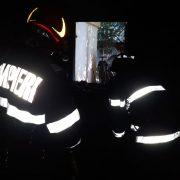 12 persoane evacuate după ce un apartament a luat foc la Roman