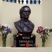 Bustul lui Eminescu, în faţa bibliotecii