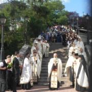 Sute de oameni la Piatra Neamț, în procesiune. Moaștele Sf. Simeon au fost plimbate în centrul orașului