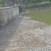Hidroelectrica a devenit ţap ispăşitor pentru gunoaiele de la Barajul Bicaz. Vezi ce costuri uriaşe a adus nesimţirea