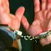 Atac cu găleată şi cuţit, condamnare, fugă; a fost găsită de poliţişti