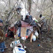 Neamţ: Trăiau pe dealul Cozla, cu încălzire de la gunoaie. Poliţia locală i-a dus la adăpost