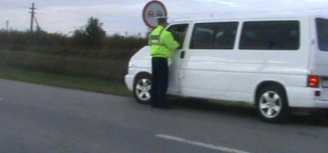 Beţi sau fără permis, prinşi de poliţişti la volan