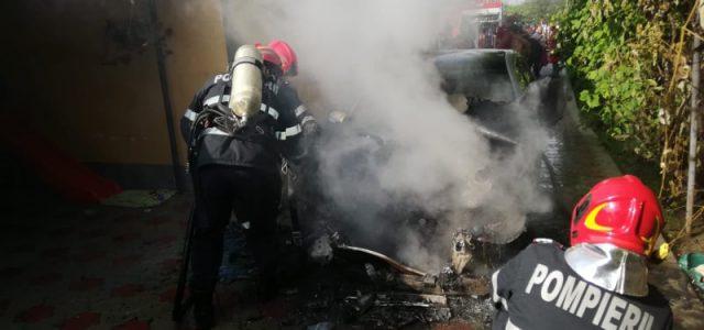 Maşină în flăcări la Cordun, pericol pentru locuinţă