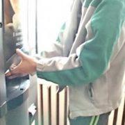 Piatra Neamţ: A fost prins hoţul care a spart aparatele de cafea. Păstra proba asupra lui