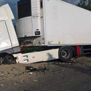Neamţ: Un şofer a scăpat cu viaţă în urma impactului cu un tir