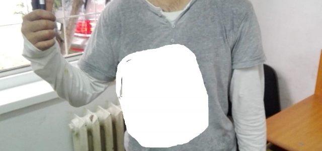 Piatra Neamţ: Vandalizator bolnav psihic recidivist, dus de Poliţia Locală la Psihiatrie