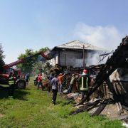 Moldoveni: Adăpost de animale în flăcări