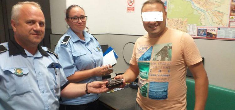 Piatra Neamţ: A găsit un portofel plin cu bani şi l-a predat Poliţiei Locale