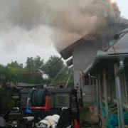 Şase echipaje de pompieri la un incendiu din Săvineşti