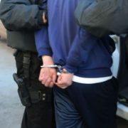 Doi viteji care au sărit cu un cuţit la agenţii de pază, se lineştesc în în arest