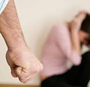 Piatra Neamţ: un viteaz a încălcat ordinul de protecţie şi s-a întors să-şi bată nevasta