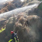 Muncă de-o vară, distrusă: o tonă de fân, arsă la Pipirig