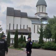 Piatra Neamţ: Biserica Sf. Parascheva este păzită de jandarmi şi poliţişti. Accesul NU este interzis!